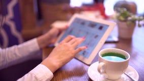 在线购物的少妇 使用数字式片剂计算机的女孩户内 特写镜头 网上服装店 4 K 股票视频