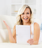 在线购物概念 有片剂计算机的美丽的白肤金发的女孩 免版税图库摄影