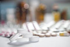 在组装的配药疗程和医学药片 免版税库存图片
