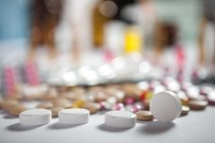 在组装的配药疗程和医学药片 库存照片
