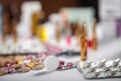 在组装的配药疗程和医学药片 免版税库存照片