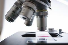 在细节的实验室显微镜 免版税库存图片