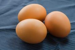 在织品的特写镜头未加工的鸡鸡蛋 免版税库存照片