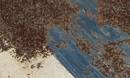 在织地不很细金属的生锈的和被风化的油漆 抽象背景 免版税库存照片