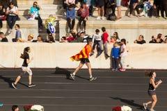 在终点线附近的加泰罗尼亚的马拉松运动员 库存照片