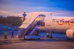 在终端的泰国微笑航空公司停车处在乌隆他尼国际机场(UTH)的日落期间在东北区域的泰国 图库摄影