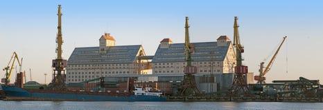 在终端附近的大小船 免版税库存图片