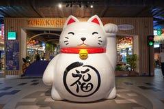 在终端21芭达亚的一个大Maneki-neko雕象 免版税图库摄影