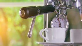 在经典咖啡机器外面的浓咖啡到咖啡杯里 股票录像
