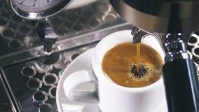 在经典咖啡机器外面的浓咖啡到咖啡杯里 股票视频