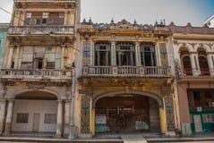 在经典样式的传统建筑与五颜六色的门面 哈瓦那 古巴 库存照片