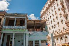 在经典样式的传统建筑与在蓝天背景的五颜六色的门面与云彩的 哈瓦那 古巴 库存照片