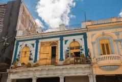 在经典样式的传统建筑与在蓝天背景的五颜六色的门面与云彩的 哈瓦那 古巴 免版税库存照片