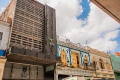 在经典样式的传统建筑与在蓝天背景的五颜六色的门面与云彩的 哈瓦那 古巴 图库摄影