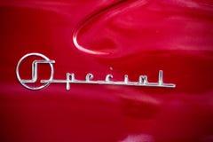 在经典美国红色汽车的后面商标 库存图片