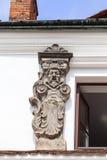 在经济公寓住宅的门面的浅浮雕在市场上,卡齐米日Dolny,波兰 库存照片