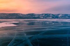 在结冰水冻冰块湖,贝加尔湖俄罗斯的日出冬天季节 库存照片