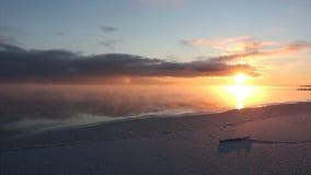 在结冰的蒸发水期间在河,冰的形成,日落,Ob水库,西伯利亚,俄罗斯 影视素材