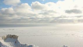 在结冰的蒸发水期间在河,冰,Ob水库,西伯利亚,俄罗斯的形成 股票录像