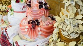 在结婚宴会的一块传统和装饰婚宴喜饼 股票视频