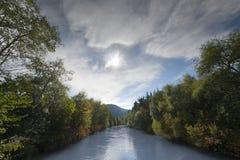 在结构树之间的河在秋天 图库摄影