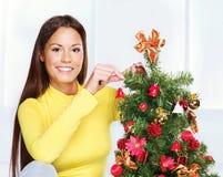 在结构树妇女附近的圣诞节 免版税库存照片