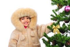 在结构树的圣诞节女孩 免版税图库摄影