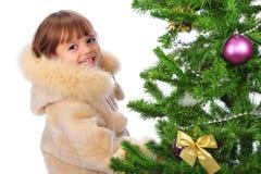 在结构树的圣诞节女孩 免版税库存照片