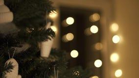 在结构树的圣诞节装饰 下来平底锅 股票视频