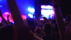 在给掌声的音乐会的观众喜爱的音乐带 股票视频