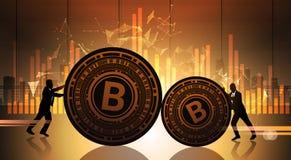 在统计数据的两个商人推挤Bitcoin绘制隐藏货币概念数字式网金钱图表 免版税库存照片