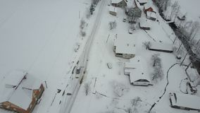 在继续前进冬天路的汽车的快速的飞行在喀尔巴阡山脉的村庄 积雪的房子概略的看法  农村 股票录像