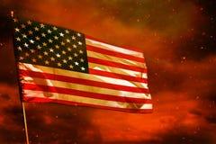 在绯红天空的振翼的美国旗子有烟柱子背景 麻烦概念 库存图片