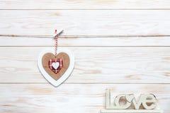 在绳索和信件爱的木五颜六色的心脏 情人节、婚礼、订婚和其他浪漫事件的概念 顶层 免版税库存照片