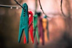 在绳索的五颜六色的晒衣夹 免版税图库摄影