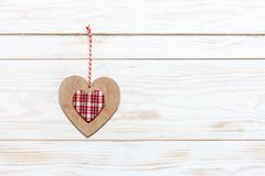 在绳索的木五颜六色的心脏 情人节、婚礼、订婚和其他浪漫事件的概念 顶视图,特写镜头, 库存图片
