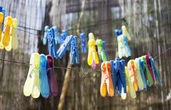 在绳索的色的晒衣夹 免版税库存照片