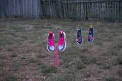在绳索的鞋子是干垂悬 免版税库存图片