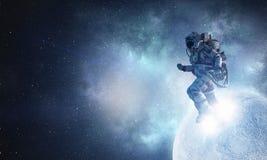 在绳索跑的太空人 混合画法 免版税库存图片