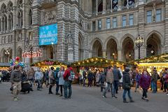 在维也纳前面,奥地利香港大会堂的圣诞节市场  免版税库存照片