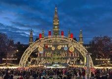 在维也纳前面,奥地利香港大会堂的圣诞节市场  免版税库存图片