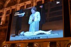 在维也纳国家歌剧院的历史建筑的之外巨型屏幕 免版税库存照片