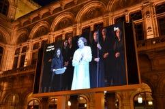 在维也纳国家歌剧院的历史建筑的之外巨型屏幕 免版税库存图片