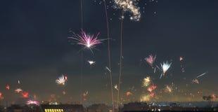 在维也纳屋顶的被隔绝的新年快乐烟花在奥地利 库存照片