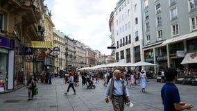 在维也纳街道的一个场面有人人群的  免版税库存照片