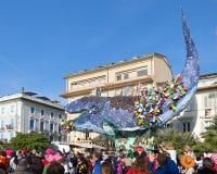 在维亚雷焦,托斯卡纳,意大利狂欢节的无盖货车高的浪潮  图库摄影