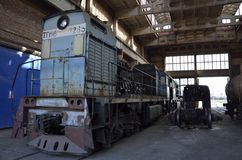 在维修车间的老机车 库存图片