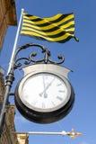 在维多利亚房子墙壁上的老城市街道时钟  库存图片