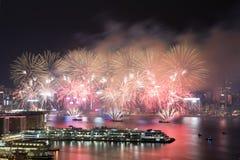 在维多利亚港口的香港五颜六色的烟花 免版税库存照片
