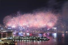在维多利亚港口的香港五颜六色的烟花 免版税图库摄影